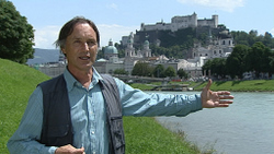 Marko Pogacnik vor der Salzburger Altstadt
